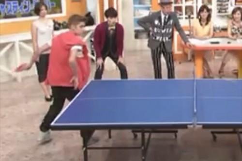 Justin Bieber demuestra su habilidad con el ping pong en Japón (Video)