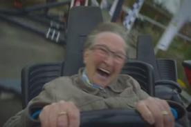 Anciana de 70 años disfruta su primera vez en una montaña rusa - VIDEO