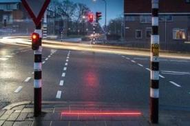 Crean semáforo de piso para gente que no deja el smartphone
