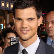 Taylor Lautner deslumbra en la premier de Abduction en Hollywood (Fotos)