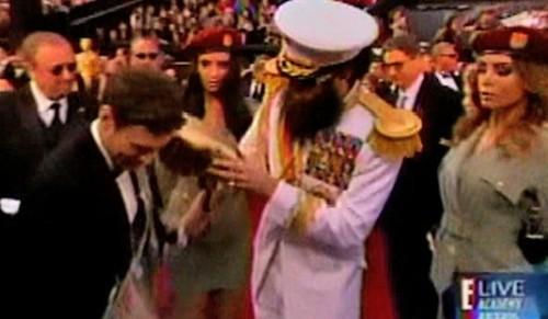 Oscar 2012: Borat protagonizó incidente en la alfombra roja (Video)