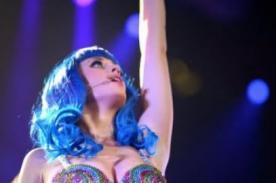 Katy Perry 'surfeó' sobre el público en el Festival de Coachella