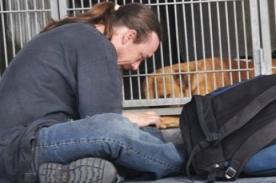 Foto de hombre llorando por su perro conmueve a usuarios de Facebook