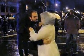 Protesta en Brasil: El amor se abre paso entre tanta violencia - Video