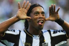 Video: Ronaldinho anota dos espectaculares goles de tiro libre
