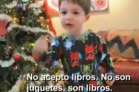 Niño arma berrinche al recibir libros como regalo de Navidad - Video