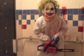 VIDEO: 'Joker' de Batman causa pánico en baño público