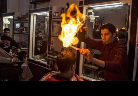Usó fuego para 'cortar' el cabello de sus clientes y así han quedado (VIDEO)