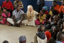 Lady Gaga trabaja con UNICEF y visitó a niños en un albergue de África