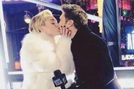 Miley Cyrus se besa en la boca con Ryan Seacrest