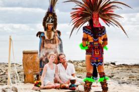 Pareja inglesa se casa en cada país que visitan - FOTOS