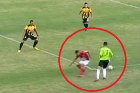 Insólito: Portero realiza increíble jugada con 'huacha' incluida - Video