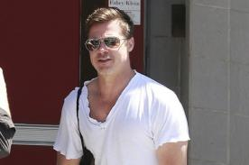 Brad Pitt se ríe al encontrar una multa en su auto mal estacionado