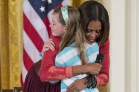 Niña entrega a Michelle Obama Currículum Vítae  de su padre desempleado