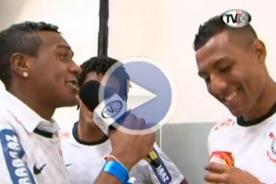 Cachito Ramírez es entrevistado por un compañero en festejo del Corinthians