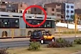 Video: Hombre se subió al techo del Metropolitano para viajar gratis