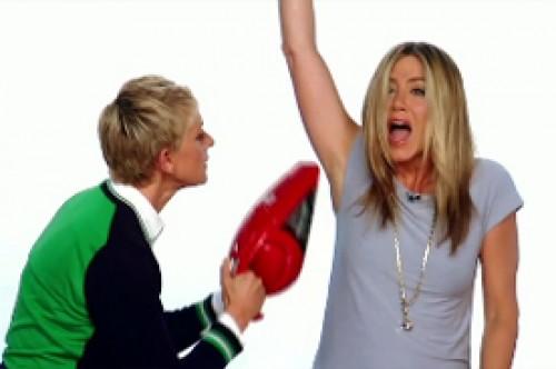 Video: Ellen DeGeneres le pasa la aspiradora a Jennifer Aniston en la axila