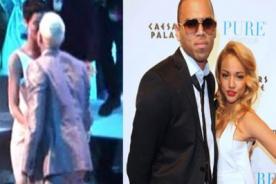 Novia de Chris Brown indignada por beso del rapero con Rihanna