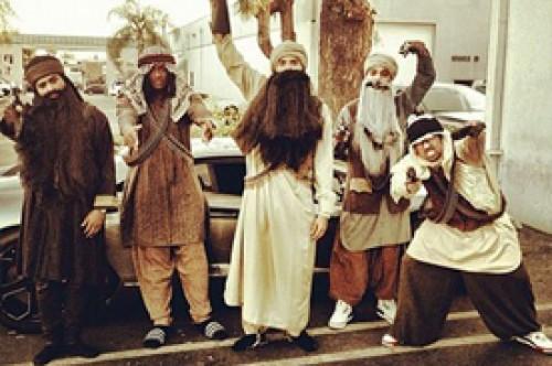 Chris Brown causa polémica por disfrazarse de terrorista con sus amigos