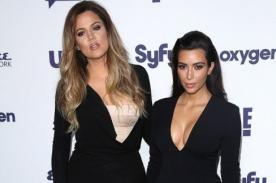 Khloé y Kim Kardashian lucen sus curvas en ceñidos vestidos - Fotos