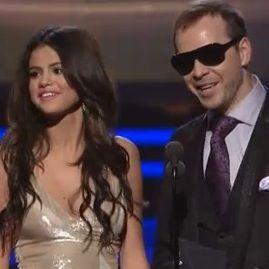 Selena Gomez incómoda por comentario de Donnie Wahlberg en los Grammy