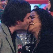 Carlos Carlín besa a la cantante criolla Eva Ayllón en La Noche es Mía
