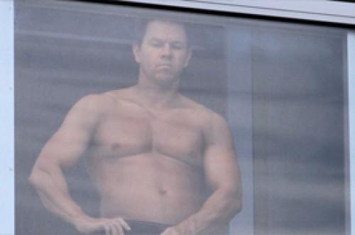 Mark Wahlberg muestra sus músculos bronceándose en ropa interior (Fotos)