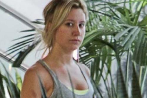 Ashley Tisdale es sorprendida sin maquillaje en Hollywood (Fotos)