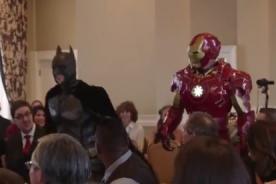 Viral: Batman y Iron Man luchan contra novio para que no se case - VIDEO