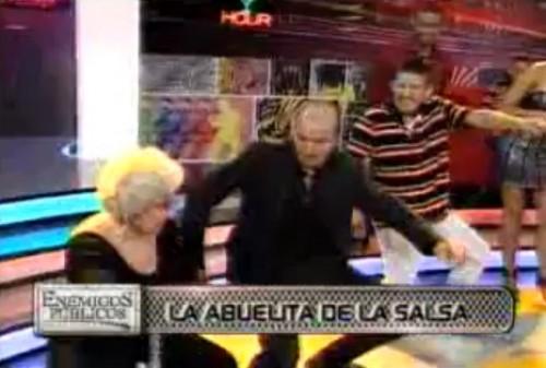Video: Abuelita salsera también se tiró un paso con Los Wachiturros