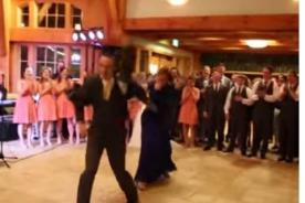 En medio de una boda novio y madre sorprenden con increíble baile- Video