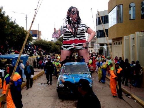 Queman a 'Rosario Ponce' en carnaval de Juliaca