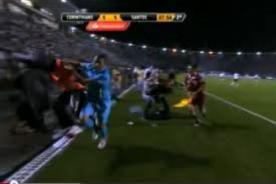 Video: Recogebolas simula una agresión de Adriano en la Copa Libertadores