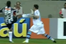 Brasileirao: Ronaldinho le pone el pie en la cara a rival - Video
