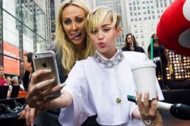 Mamá de Miley Cyrus posa sacando la lengua al estilo de su hija - Foto