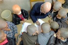 Profesor se rapa la cabeza para apoyar a alumno acosado por bullying - FOTOS