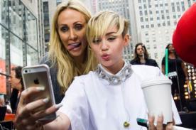 Mamá de Miley Cyrus deja ver su celulitis en bikini (Fotos)