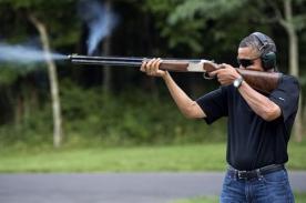 Barack Obama desata polémica por foto disparando una escopeta