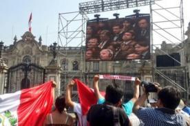 Peruanos se reúnen en Palacio de Gobierno para ver fallo de La Haya en vivo - FOTO