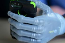 Increíble: Científicos crean mano biónica con sentido del tacto