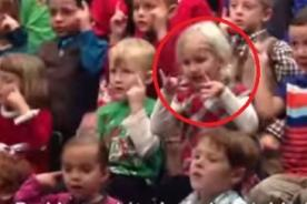 Niña interpreta canción para sus padres sordos - VIDEO