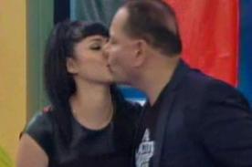 Leslie Castillo le robó un beso a Mauricio Diez Canseco