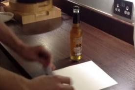 ¡Así se destapa una botella de cerveza con un papel! [VIDEO]