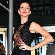 Gisele Bundchen lució un atrevido vestido en el evento de la Fundación Robin Hood