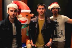 Jonas Brothers envían saludo navideño a fans - Video