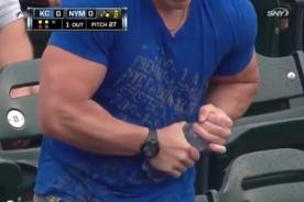 Insólito: Hombre musculoso es vencido por una botella de agua - Video