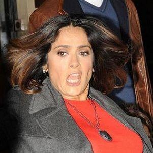 Salma Hayek sufrió bochornoso tropiezo a la salida de un hotel