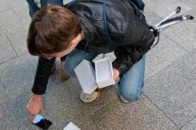 Se compra el primer iPhone 6 y se le cae de la emoción [VIDEO]