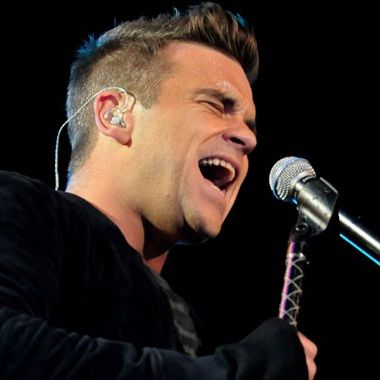 Robbie Williams afirmó que se acostaría gratis con Brad Pitt