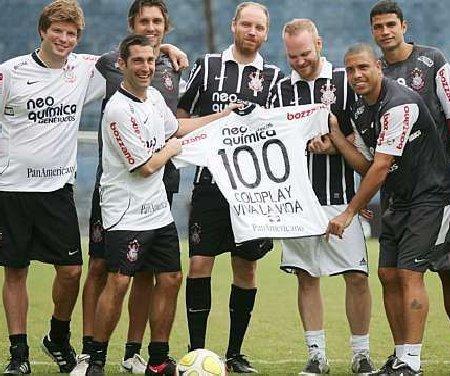 Ronaldo juega fútbol con el grupo Coldplay